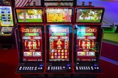 Máquinas tragaperras del juego en un casino Fotos de archivo