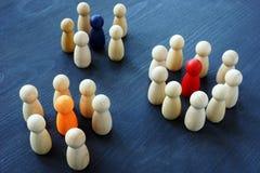 Márketing de Influencer Grupos de figuras de madera imagen de archivo