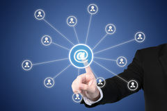 Márketing del correo electrónico, hoja informativa y conceptos del correo masivo Hombre de negocios Imagen de archivo