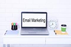 Márketing del email Texto en monitor Lugar de trabajo moderno con el ordenador, la taza de café y el reloj Mofa ascendente y espa Imagen de archivo libre de regalías