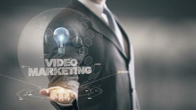 Márketing video con concepto del hombre de negocios del holograma del bulbo libre illustration