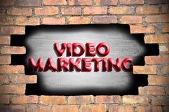 Márketing video en el agujero de la pared de ladrillo Imagen de archivo