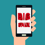 Márketing y anuncio La mano que sostiene smartphone con concepto grande de la venta muestra en la pantalla Fotos de archivo