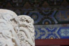 Mármol blanco tallado con la pintura azul compleja en el edificio chino en fondo imagenes de archivo