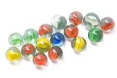 Mármoles de cristal coloridos en el fondo blanco imagen de archivo libre de regalías