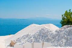 Mármoles en la playa (de mármol) de Saliara en la isla Grecia de Thassos imagen de archivo libre de regalías
