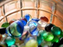 Mármoles y gotas de cristal vibrantes coloridos en tarro foto de archivo libre de regalías