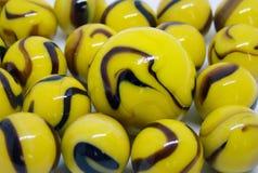 Mármores de vidro amarelos e marrons opacos imagem de stock royalty free