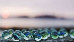Mármores de vidro no por do sol foto de stock