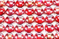 Mármores de vidro vermelhos no fundo branco imagens de stock royalty free
