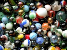Mármores e grânulos de vidro coloridos imagens de stock royalty free