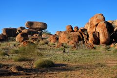 Mármores Karlu Karlu dos diabos no Território do Norte, Austrália imagens de stock