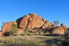 Mármores Karlu Karlu dos diabos no Território do Norte, Austrália fotos de stock