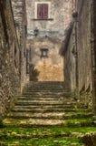 Más allá de la endecha de vaciamiento de la niebla los pasos medievales de Erice imágenes de archivo libres de regalías