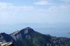 Más allá de las montañas Imagen de archivo libre de regalías