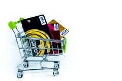 Más cerca encima de tarjetas de crédito en la carretilla para la imagen del concepto imágenes de archivo libres de regalías