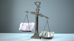 Más débil euro que el dólar que sobrepasa en escalas, fuerza de la moneda y estabilidad foto de archivo