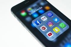 más del iphone 6s con los iconos de medios sociales en la pantalla Smartphone del estilo de vida de Smartphone Comenzar los medio Foto de archivo
