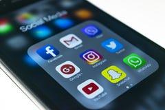 más del iphone 6s con los iconos de medios sociales en la pantalla Smartphone del estilo de vida de Smartphone Comenzar los medio Imagen de archivo