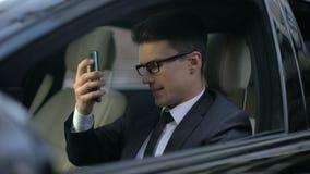 Más notícias de escuta do homem de negócios ansioso ao falar no telefone, contrato falhado filme