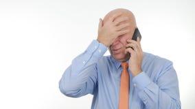 Más notícias nervosas de Gesticulate Irritated Hearing do empresário no móbil imagens de stock