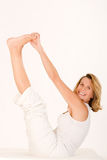 Más vieja mujer sonriente que hace yoga Fotos de archivo libres de regalías
