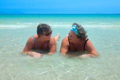 Más viejas mujeres en bañadores en la relajación que habla de la playa Imagen de archivo