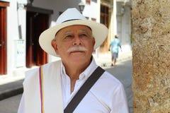 Más viejo hombre colombiano con clase al aire libre imagen de archivo libre de regalías