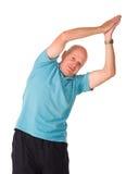 Más viejo hombre maduro que hace yoga Imagenes de archivo