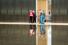 Más viejos turistas mayores que caminan en el monumento de bombardeo de OKC fotografía de archivo libre de regalías