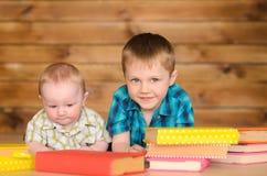 Más viejos y más jovenes muchachos con los libros imagenes de archivo
