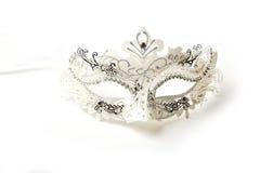 Máscara adornada blanca y de plata de la mascarada en el fondo blanco Foto de archivo