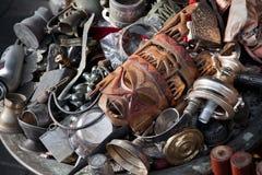 Máscara africana entre antigüedades en el mercado de pulgas Imágenes de archivo libres de regalías