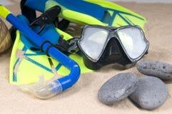 Máscara, aletas e câmara de ar na areia Imagem de Stock
