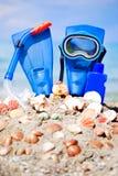 Máscara, aletas e tubo no fundo da areia Imagem de Stock