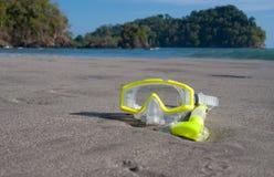 Máscara amarilla de la zambullida en la playa fotos de archivo