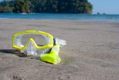 Máscara amarilla de la zambullida en la playa fotos de archivo libres de regalías