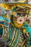 Máscara amarilla de Venecia de la turquesa fotos de archivo
