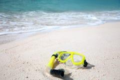 Máscara amarilla del salto en la playa Foto de archivo