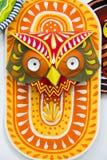 Máscara anaranjada colorida del búho que hace en el papel Fotos de archivo libres de regalías