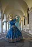 Máscara azul de Veneice bajo arcadas Imagen de archivo libre de regalías