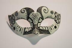Máscara blanca del carnaval con los modelos negros, aislados en el backg blanco Fotos de archivo libres de regalías