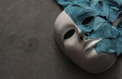 Máscara blanca en fondo gris Imagen de archivo libre de regalías