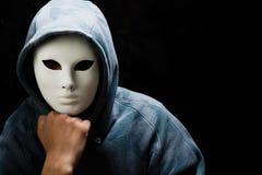Máscara blanca que desgasta y capo motor del hombre joven Fotos de archivo libres de regalías