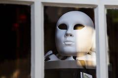 Máscara branca atrás de uma janela em Aix en Provence França 23 de maio de 2015 Aix en Provence França Fotos de Stock