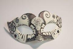 Máscara branca do carnaval com os testes padrões pretos, isolados no backg branco fotografia de stock