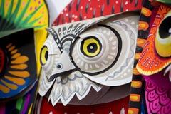 Máscara colorida del búho que hace en el papel Foto de archivo