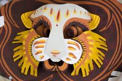 Máscara colorida del león que hace en el papel Imagenes de archivo