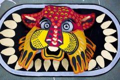 Máscara colorida del león que hace en el papel Imagen de archivo