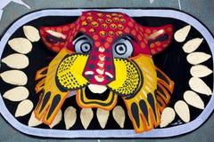 Máscara colorida del león que hace en el papel Fotografía de archivo libre de regalías